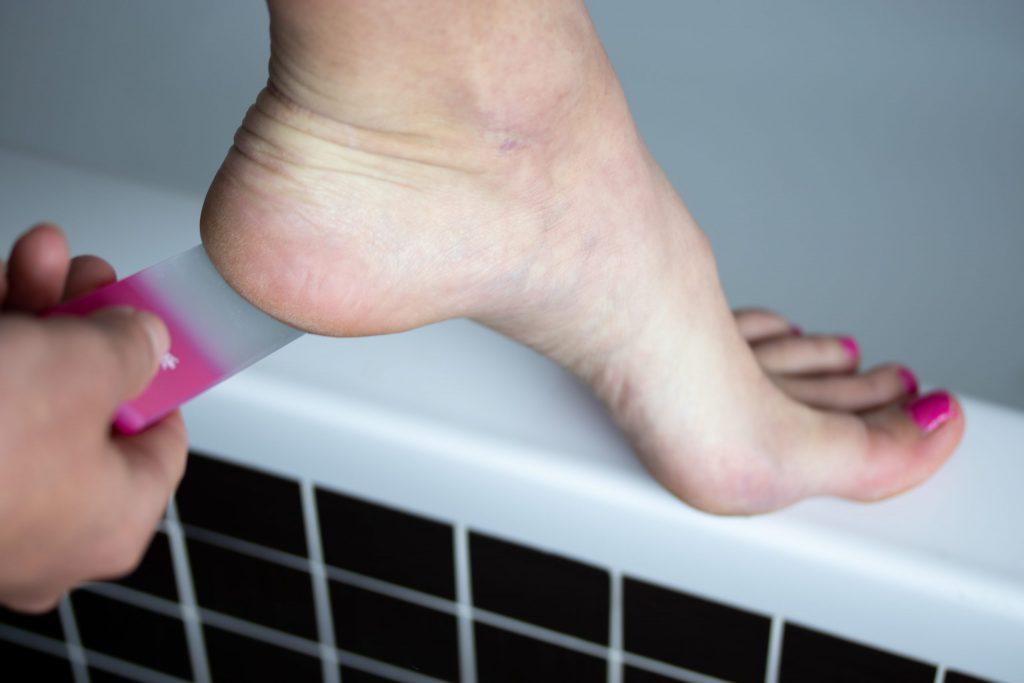 Jak používat skleněnou škrabku na nohy